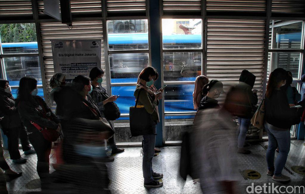 Pemprov DKI Jakarta membatasi jam operasional TransJakarta dan MRT hanya sampai pukul 20.00 WIB selama periode libur Natal dan tahun baru. Kebijakan ini akan berlaku mulai 18 Desember 2020 hingga 8 Januari 2021.