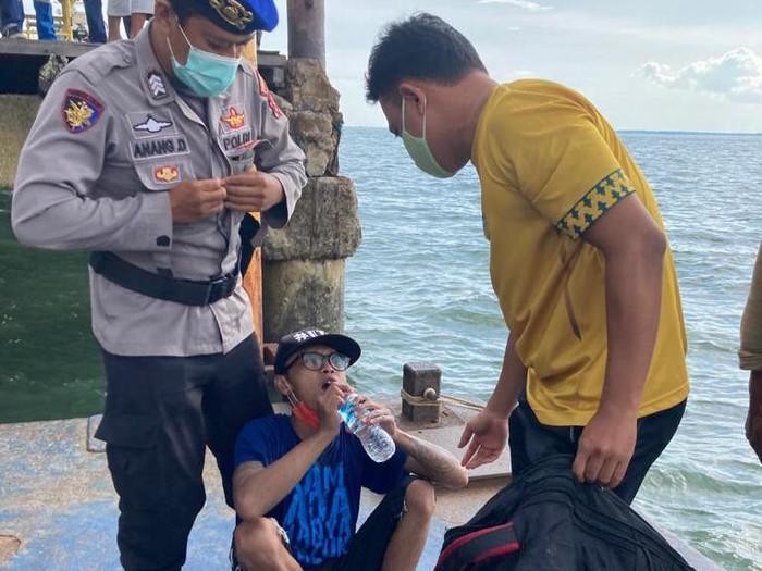 Dedik saat dievakuasi petugas karena nekat mau berlayar ke Malang pakai galon rakitan.