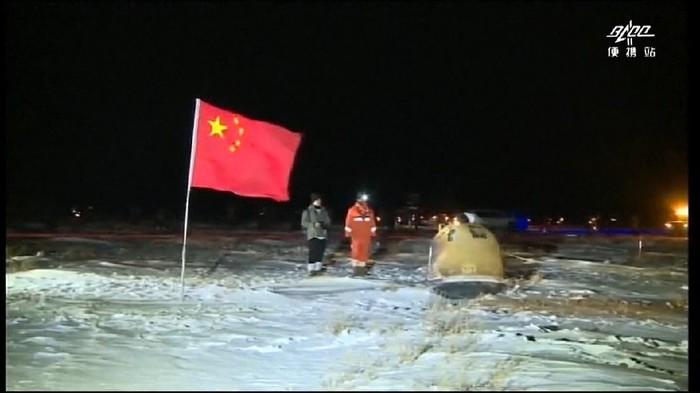 Sebuah pesawat luar angkasa China tak berawak yang membawa batu dan tanah dari Bulan tiba di Bumi pada Kamis (17/12) pagi waktu setempat. Pesawat antariksa yang dikenal Change-5 mendarat di Mongolia Dalam, China Utara.