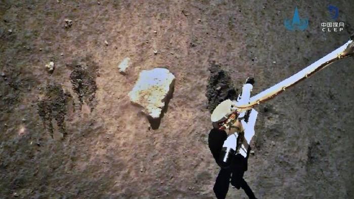 Gambar ini menunjukkan probe bulan Change-5 mengumpulkan sampel di bulan, yang kini telah kembali dengan selamat ke Bumi (AFP Photo)