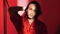 Jefri Nichol Kembali Tampil Feminin Pakai Rok, Netizen: The Next Harry Styles