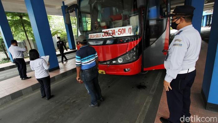 Sejumlah supir bus mengikuti rangkaian interview cek kesehatan mulai gula darah hingga tes urin di dalam Terminal Tirtonadi, Solo, Jawa Tengah, Kamis (17/12). Rangakain pengecekan lampu serta rem bus juga dilakukan oleh petugas gabungan dinas kesehatan, kepolisian dan juga pihak terminal.