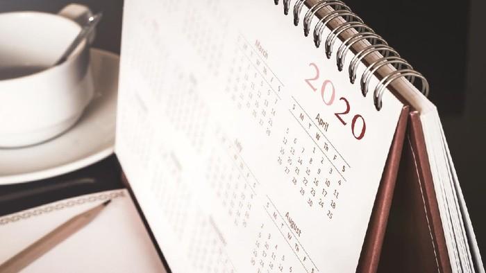 Desktop calendar sitting on desk showing year of 2020