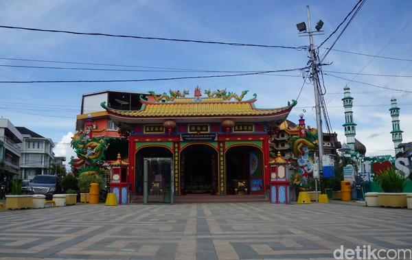 Kelenteng Tri Darma Bumi Raya dibangun pada tahun 1878. Kelenteng ini juga diyakini sebagai tempat peribadatan tertua umat Tri Darma di Singkawang.