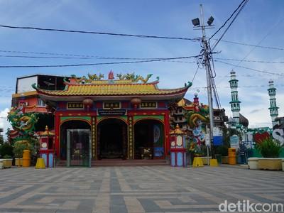 Sudah Pernah Berkunjung ke Vihara Tertua di Singkawang?