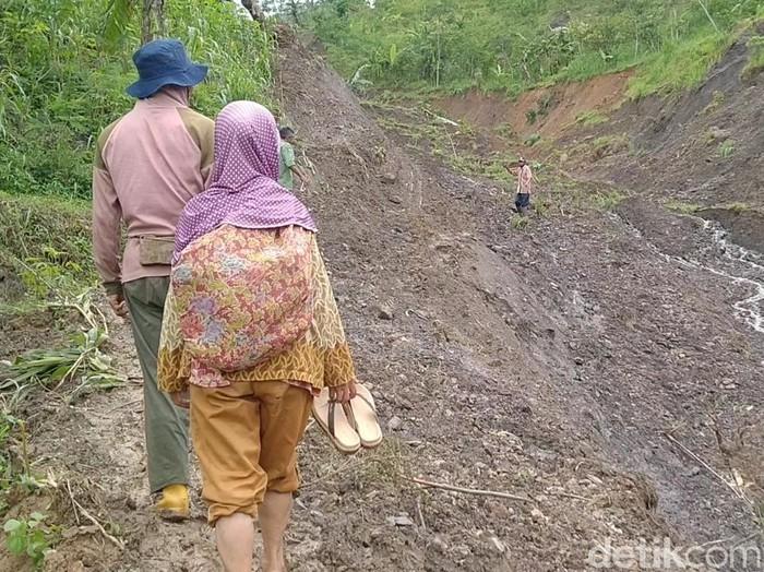 Lahan pertanian di Desa Bodas, Kecamatan Kandangserang, Kabupaten Pekalongan amblas, Kamis (17/12/2020).