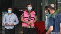 Tangan mantan Direktur Utama Jiwasraya itu juga diborgol.