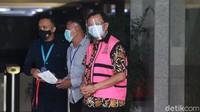Hendrisman Rahim keluar gedung KPK usai menjalani pemeriksaan, Kamis (17/12/2020).