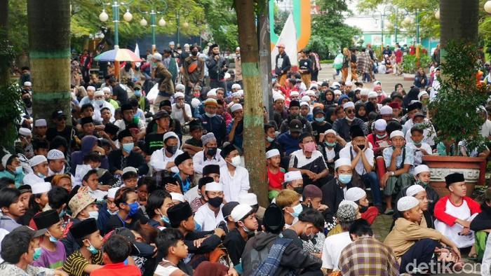 Massa aksi dari berbagai ormas Islam dan santri di Kota Cimahi dan Kabupaten Bandung Barat (KBB) menggeruduk gedung DPRD Kota Cimahi menuntut pembebasan imam besar FPI Rizieq Shihab, Kamis (17/12/2020).