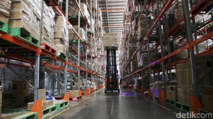 Vice President - Country Head of Business Functions Lazada Michael Willy Roosevelt (tengah) menceritakan tentang proses pengantaran dan juga pengiriman barang di gudang Lazada, Cimanggis, Depok, Jawa Barat, Kamis (17/12). Gudang penyimpanan berukuran besar ini menjadi pusat distribusi pengantaran dan juga pengiriman barang dari berbagai daerah di Indonesia
