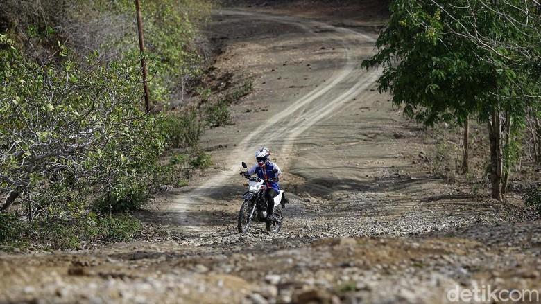 Irenius Prianbodo, mantri di BRI Cabang Kobalima, Kabupaten Malaka, Timor Tengah Selatan, NTT, menggunakan sepeda motornya menuju nasabah KUR BRI.