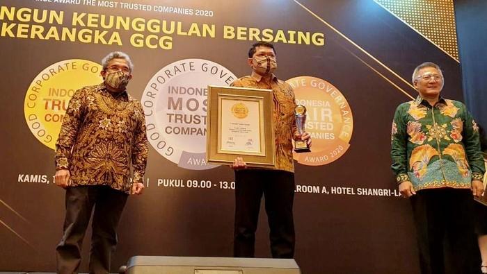 """Sebagai perusahaan multifinance, PT Mandiri Tunas Finance (MTF) terus mendulang prestasi sehingga semakin dipercaya oleh masyarakat atas kinerjanya. Hal ini dibuktikan kembali dengan penerimaan penghargaan """" Trusted Company"""" based on Corporate Governance Perception Index (CGPI) pada ajang Indonesia The Most Trusted Companies Award 2019 yang digelar majalah SWA."""