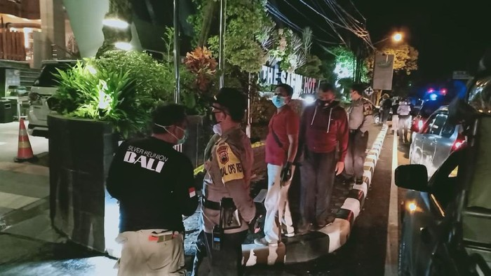 Olah TKP pengrusakan di hotel milik Wakil Bupati Pati Saiful Arifin, Minggu (13/12/2020)