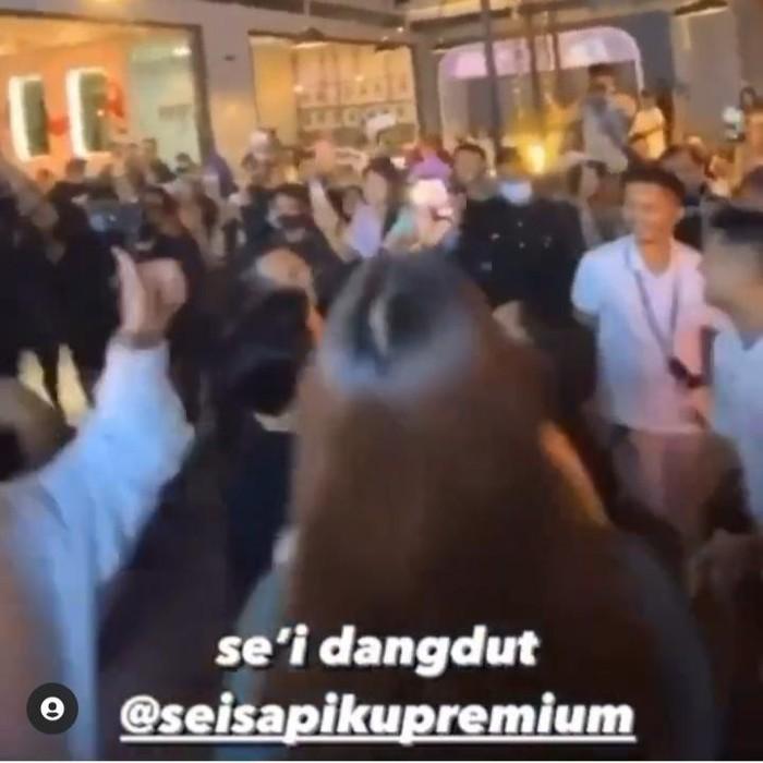 Sebuah video pembukaan restoran premium di Surabaya viral dan menjadi sorotan warganet. Sebab tampak kerumunan orang asik berjoget dalam restoran.
