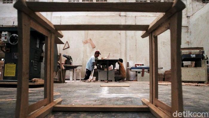 Pekerja penyandang disabilitas sedang menyelesaikan pembuatan furniture di ruang kerja milik Yayasan Penyandang Cacat Mandiri di Bantul, Yogyakarta, Kamis (17/12/2020).