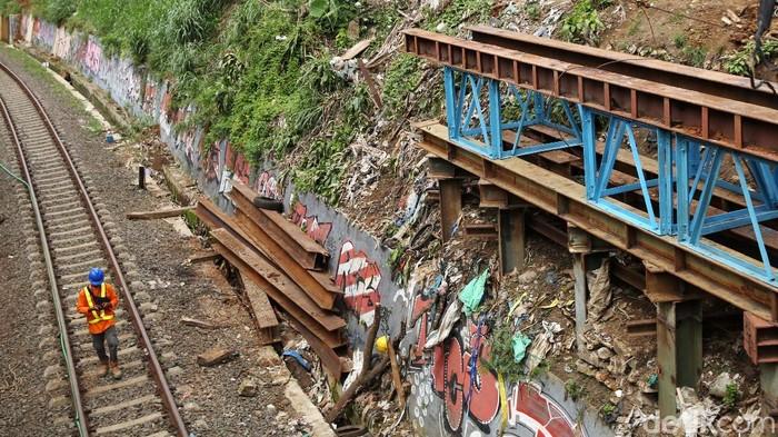 Pembangunan jalur ganda atau double track kereta api Bogor-Sukabumi terus dikebut. Proyek ii ditargetkan rampung pada Agustus 2021.