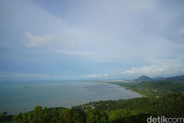 Untuk melihat keindahan alam Singkawang, kamu bisa datang ke Tanjung Bajau.