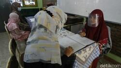Pembagian raport mulai dilakukan sejumlah sekolah, salah satunya di SD Daar El-Salam. Protokol kesehatan pun diterapkan dalam pembagian raport ini.