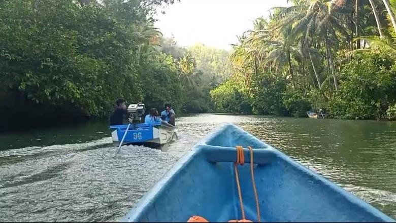 Sungai Maroon di Pacitan merupakan salah satu sungai bersih meski digempur pembangunan dan modernisasi. Cocok dikunjungi untuk wisata.