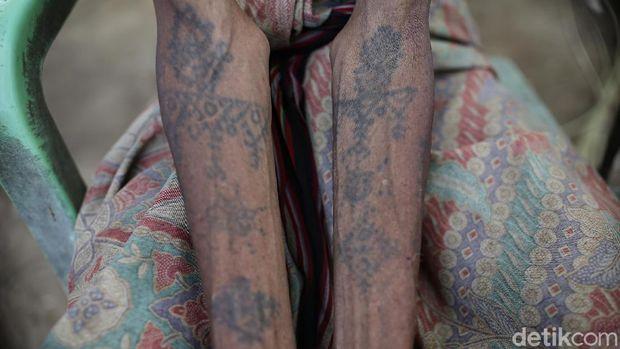 Alfonsius Moruk warga di Kabupaten Malaka, Timor Tengah Selatan, NTT, menunjukan sejumlah tato yang ada ditubuhnya.