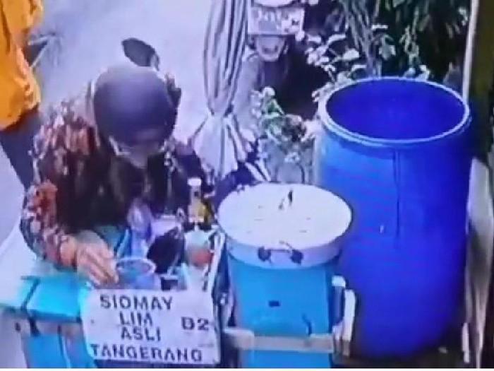 Terekam Kamera CCTV, Penjual Siomay Ludahi Bumbu Kacang
