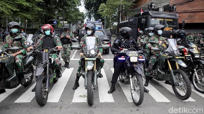 Polisi dan TNI melakukan sweeping di kawasan Sabang, Jakarta Pusat. Kegiatan itu dilakukan untuk membubarkan massa aksi 1812.