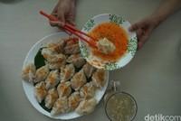 Tak jauh dari Kelenteng Tri Darma Bumi Raya, kamu bisa mencicipi kuliner khas Singkawang, yaitu Choipan. Choipan ini berada di Kawasan Tradisional Rumah Keluarga Tjhia.