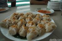 Di kawasan cagar budaya ini traveler bisa menikmati kuliner khas Tionghoa ini. Katanya choipan di sini telah ada sejak tahun 1979. Choipan terbuat dari adonan tepung kanji yang diberi isian beragam sayuran. Adapun pilihan isian yang bisa traveler pilih yaitu bengkuang, rebung dan bawang kucai.