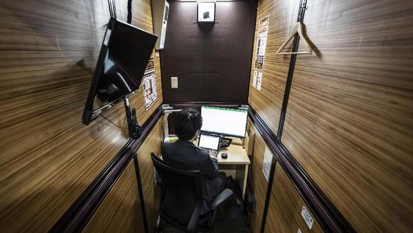 Coworking space tersebut dilengkapi dengan meja, kursi, serta komputer. Tampak pula di sisi dinding ruangan terpasang headphone dan televisi.
