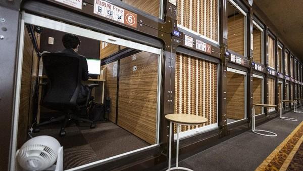 Hotel Anshin Oyado merenovasi kamar hotel mereka yang bergaya kapsul menjadi coworking space pribadi, Tokyo, Jepang, Rabu (17/12/2020).