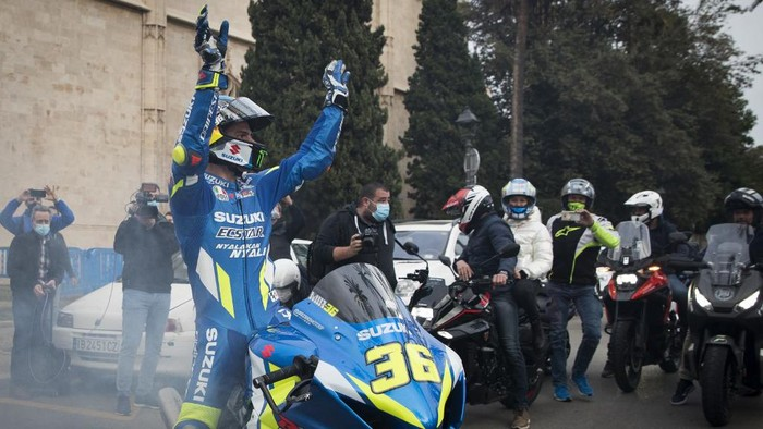 Suzuki Ecstars Spanish rider Joan Mir waves to fans as he arrives at the Balearic Government headquarters to celebrate his MotoGP world championship title in Palma de Mallorca on the Spanish island of Mallorca on November 27, 2020. (Photo by JAIME REINA / AFP)