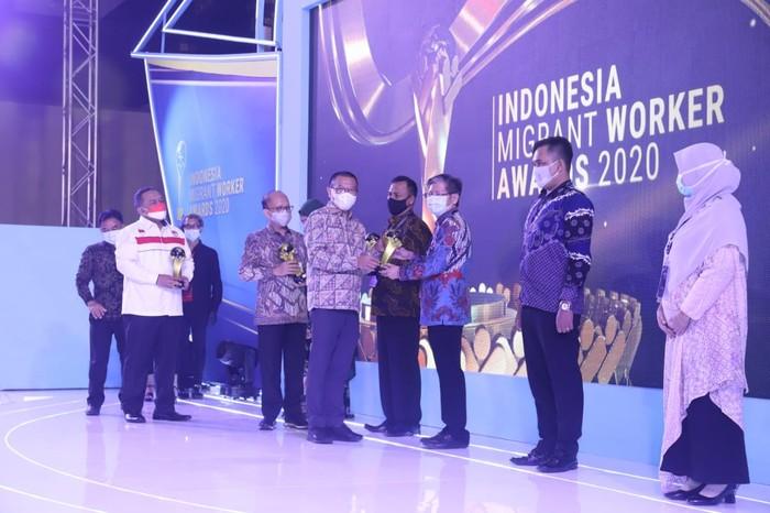 Kemnaker beri penghargaan ke sejumlah pihak yang berjasa dalam meningkatkan kualitas pelayanan dan pelindungan bagi Pekerja Migran Indonesia dan keluarganya.