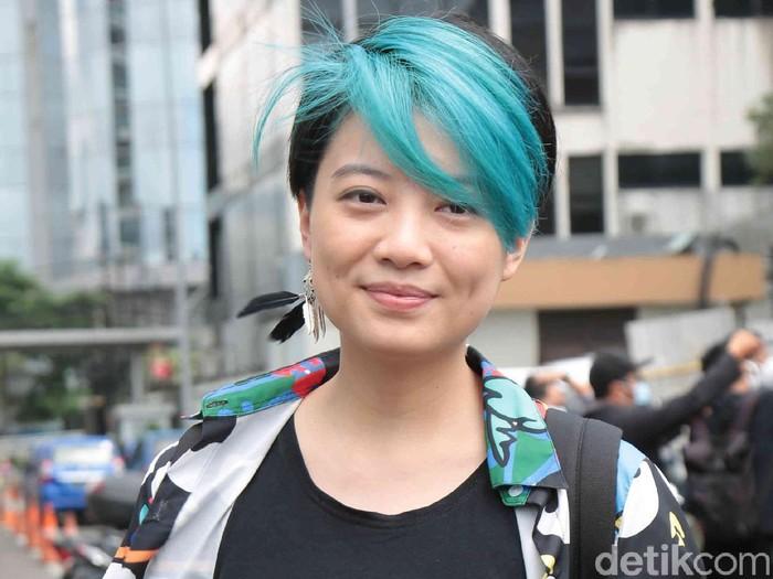Penyanyi Leony ditemui seusai menjadi bintang tamu acara Kopi Viral, Trans TV, Jakarta Selatan, Jumat (18/12).