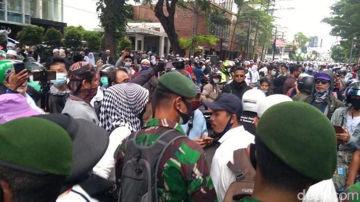 Massa demo 1812 yang berada di Jl H Agus Salim pukul 14.51 WIB (Ahdyasta Dirgantara/detikcom).