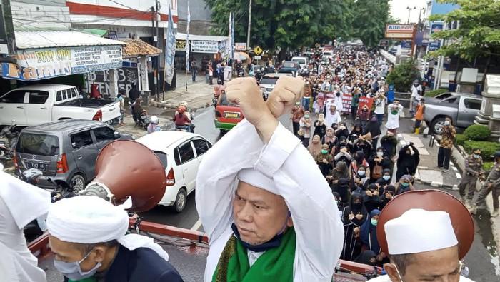 Massa pendukung Habib Rizieq demo di Mapolres Purwakarta