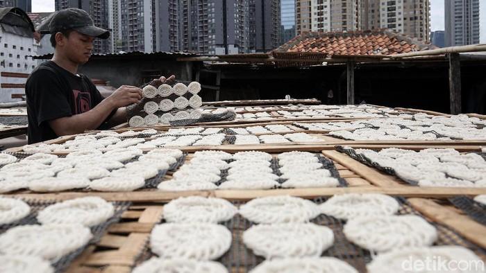 Bisnis kerupuk ikut terdampak pandemi COVID-19. Produksi kerupuk di UKM Kerupuk Melati, Jakarta, bahkan turun 40 persen dari kondisi normal.