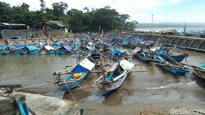 Nelayan Cianjur tak melaut imbas cuaca ektrem dan gelombang tinggi.