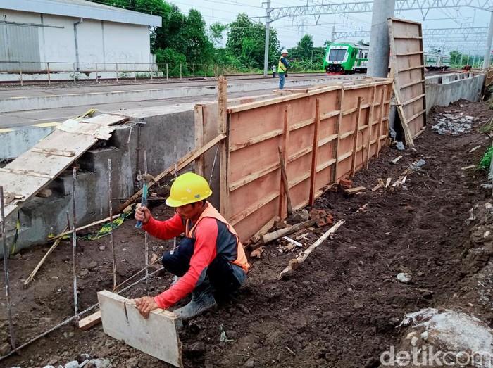 Pembangunan peron baru untuk KRL di Stasiun Ceper Klaten terus berlangsung. Stasiun itu diketahui akan jadi salah satu tempat pemberhentian KRL Yogyakarta-Solo.