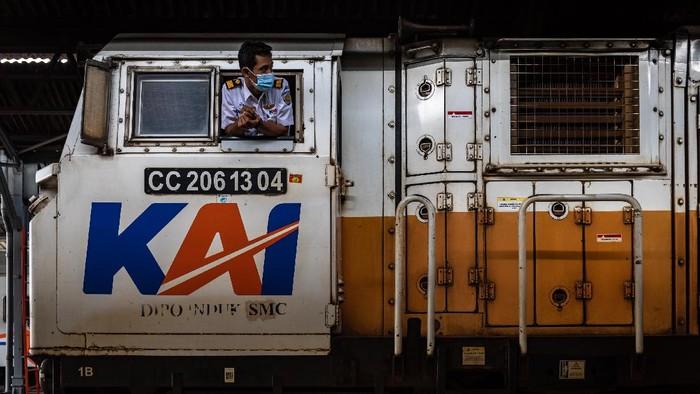 Seorang masinis memeriksa kesiapan rangkaian kereta api (KA) Maharani sebelum berangkat di Stasiun Tawang, Semarang, Jawa Tengah, Jumat (18/12/2020). PT KAI (Persero) Daop 4 Semarang dalam menghadapi masa Angkutan Natal dan Tahun Baru (Nataru) 2020/2021 di tengah Pandemi COVID-19, menyiagakan berbagai fasilitas kesehatan di 12 stasiun, penerapan protokol kesehatan ketat, serta menyiagakan 16 lokomotif untuk perjalanan 56 KA jarak jauh maupun lokal. ANTARA FOTO/Aji Styawan/rwa.