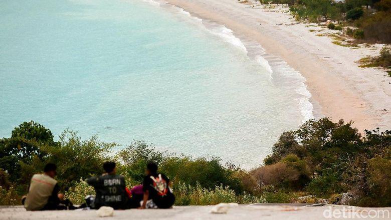Kawasan Timor Tengah Selatan memiliki beragam destinasi wisata andalan yang tak boleh dilewatkan. Salah satunya adalah Pantai Kolbano. Berikut potretnya.