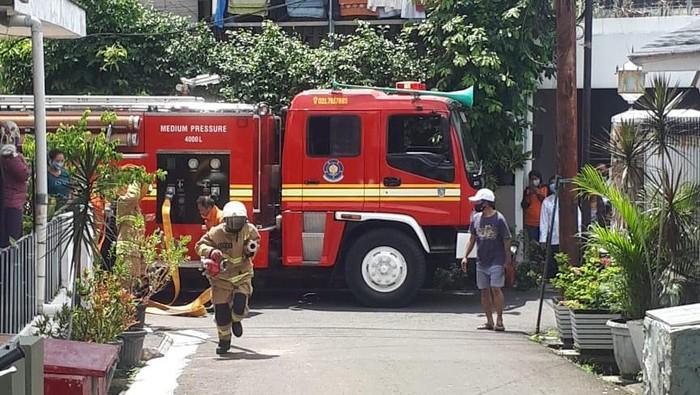 Petugas damkar memadamkan kebakaran rumah kontrakan di Pasar Minggu, Jaksel, Jumat (18/12) (Twitter @humasjakfire)