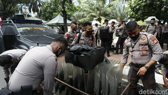 Polisi mulai bersiap untuk mengamankan Aksi 1812 di depan Istana Negara. Polda Metro Jaya menyiagakan 12.500 personel untuk mengamankan aksi tersebut.