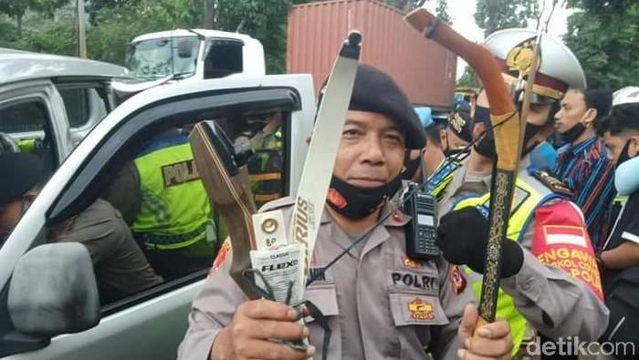 Polisi di Bandung mengamankan panah saat penyekatan massa 1812