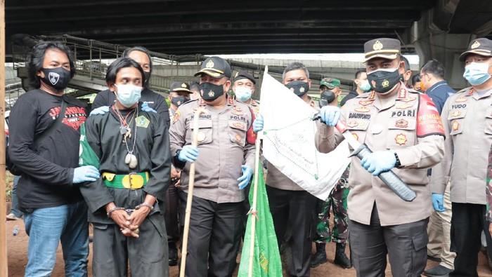Polres Metro Jakut mengamankan 2 pria yang membawa badik dan bambu runcing saat ingin bergabung dalam Aksi 1812. Dua orang lain reaktif COVID-19 (dok Istimewa)