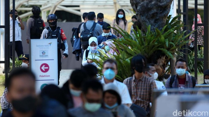 Sejumlah bandara menyediakan fasilitas rapid test antigen dan PCR. Di Bandara Soekarno Hatta, antrean warga yang akan rapid tes antigen mengular panjang.