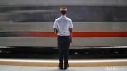 PT KAI keluarkan syarat bagi penumpang yang hendak melakukan perjalanan jarak jauh dengan kereta jelang libur Natal dan tahun baru. Apa saja syaratnya?