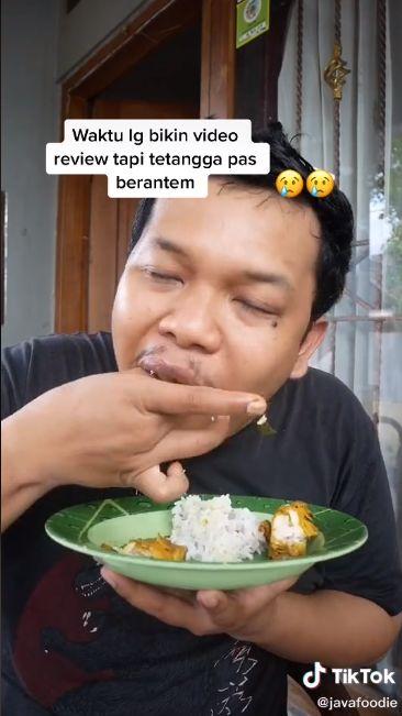 Pria tetap Fokus Review Makanan meski Tetangganya Sedang Adu Mulut