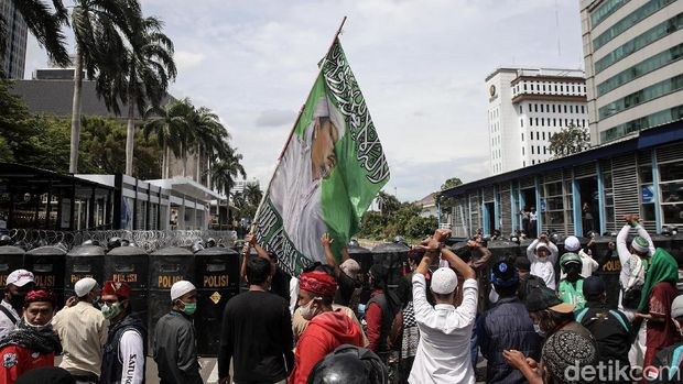 Massa aksi 1812 dipukul mundul polisi dari kawasan Patung Kuda, Jakarta Pusat.  Massa kini kocar-kacir ke arah Tanah Abang.