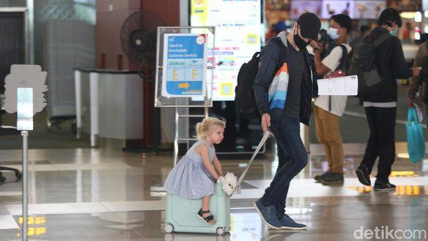 Bandara Soekarno-Hatta mulai ramai didatangi penumpang menjelang libur Natal dan tahun baru. Beberapa penumpang datang untuk melakukan perjalanan ke luar negeri