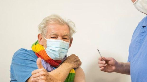 Sir Ian McKellen terima vaksin COVID-19